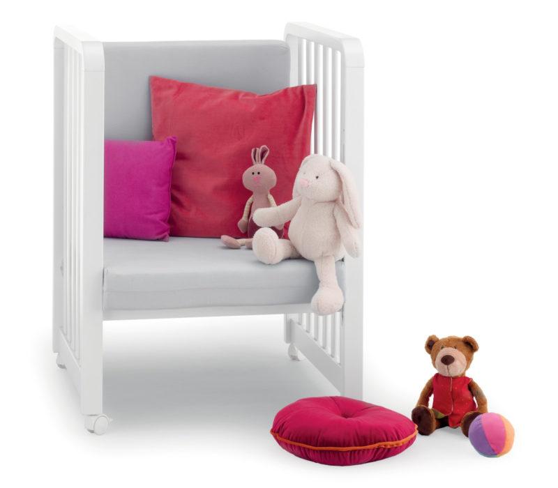Azzurra Design poltroncina Glam bianco, elegante e comoda con morbidi cuscini. Arreda piacevolmente la tua cameretta.