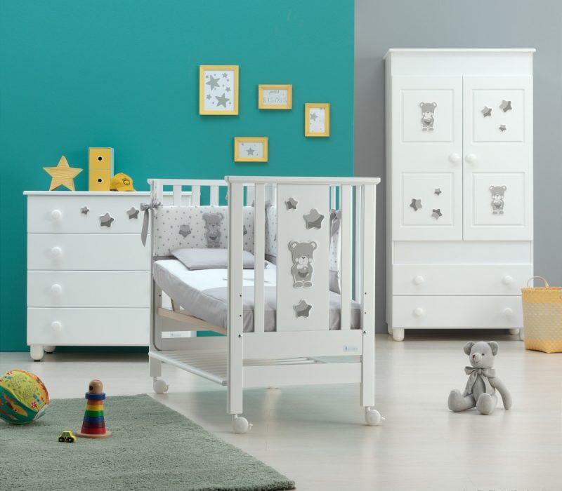 Azzurra Design cameretta BContact Nice bianco, composizione raffigurante lettino, armadio, comò e corredino tessile